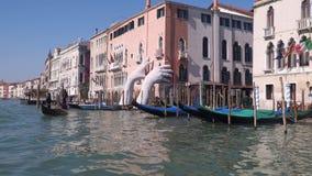 在大运河的银行的长平底船在威尼斯 从浮动小船的看法 股票录像