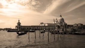 在大运河的长平底船在威尼斯,乌贼属 免版税库存照片