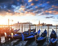 在大运河的长平底船在威尼斯,圣乔治Maggiore教会 marco圣 美好的夏天横向 免版税图库摄影