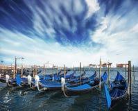 在大运河的长平底船在威尼斯,圣乔治Maggiore教会 marco圣 美好的夏天横向 库存照片