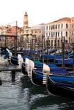 在大运河的长平底船在威尼斯,意大利 欧洲 库存照片