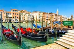 在大运河的长平底船在威尼斯,意大利 免版税库存照片