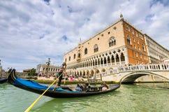 在大运河的长平底船在威尼斯,意大利 免版税图库摄影