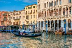 在大运河的长平底船在威尼斯,意大利 库存图片