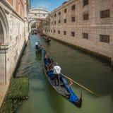 在大运河的长平底船在威尼斯,意大利 库存照片