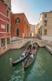 在大运河的长平底船在威尼斯,意大利 免版税库存图片