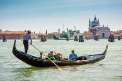 在大运河的长平底船在威尼斯 库存照片