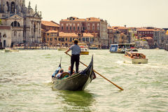 在大运河的长平底船在威尼斯 免版税库存图片