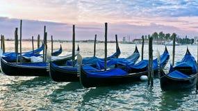 在日出的威尼斯式长平底船 库存图片