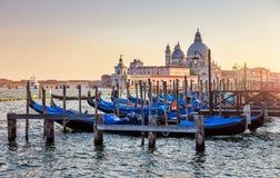 在大运河的长平底船威尼斯意大利日落的 图库摄影