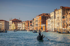 在大运河的长平底船巡航在威尼斯 免版税库存照片