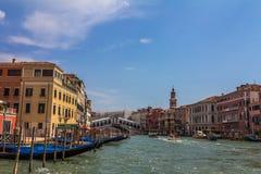 在大运河的Realto桥梁在威尼斯意大利 免版税库存照片
