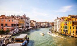 在大运河都市风景的看法2016年8月17日的在威尼斯,意大利 免版税库存图片