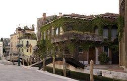 在大运河附近的美丽的老别墅 库存图片