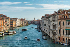 在大运河,威尼斯的小船交通 库存图片
