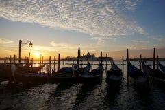 在大运河,威尼斯的长平底船 库存照片