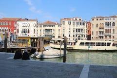 在大运河,威尼斯,意大利的公开小船驻地Stae 免版税库存图片