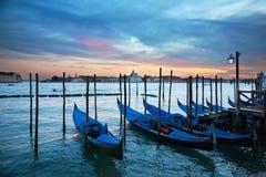 在大运河,威尼斯,意大利的长平底船 库存照片