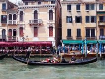 在大运河,威尼斯,意大利的长平底船 图库摄影