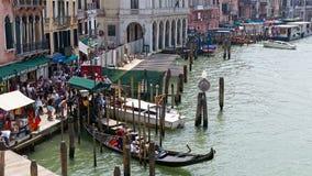 在大运河,威尼斯,意大利的长平底船 免版税库存照片