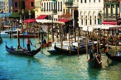 在大运河,威尼斯,意大利,欧洲的长平底船 库存图片