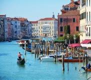 在大运河,威尼斯,意大利,欧洲的长平底船 库存照片