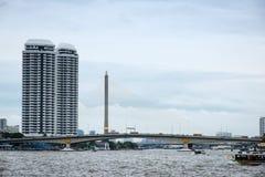 在大运河,曼谷的Bhumibol桥梁 免版税库存图片