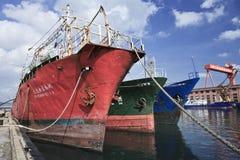 在大连港的老船。 中国 库存照片