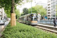 在大道路易丝,比利时的布鲁塞尔电车轨道 库存照片