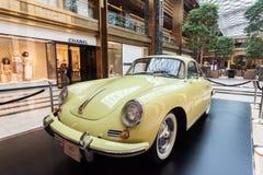在大道购物中心的老保时捷,科威特 免版税库存图片
