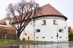 在大道Corneliu Coposu的厚实的塔在一个雨天 锡比乌市在罗马尼亚 库存照片