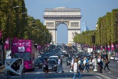在大道des冠军à ‰ lysées的交通 库存图片