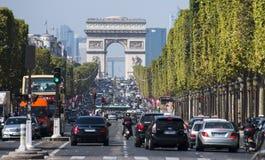 在大道des冠军à ‰ lysées的交通 免版税库存照片