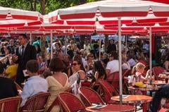在大道des尚萨斯-爱丽舍宫的红色大阳台 免版税库存照片