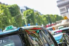 在大道des爱丽舍的巴黎人出租汽车,与弧de Trio 免版税图库摄影