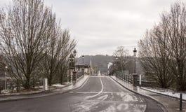 在大道F上 d 罗斯福移动了汽车,在边路pe 免版税库存图片