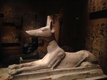 在大都会艺术博物馆的靠着Anubis雕象 免版税库存图片
