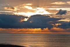 在大量云彩之后的日落 库存照片