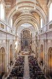在大量期间, Mafra宫殿的大教堂填装了以忠实 库存图片