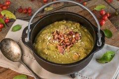 在大锅供食的分裂浓豌豆汤 免版税库存照片