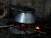 在大锅被烹调的食物 免版税库存照片