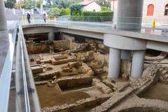 在大门下的考古学站点对有游人的上城博物馆在雨雅典希腊01中04 2018年 免版税库存照片