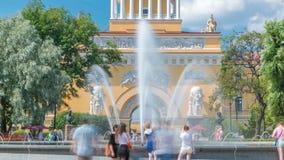 在大门的喷泉对海军部大厦timelapse晴朗的夏日在圣彼德堡 影视素材