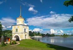 给在大门的塔Svetlitskaya装门并且从半岛Svetlitsa入Nilov修道院,特维尔地区通过 免版税库存图片