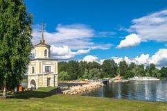 给在大门的塔Svetlitskaya装门并且从半岛Svetlitsa入Nilov修道院,特维尔地区通过 免版税库存照片