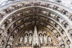 在大门的门户对Notre Dame du Sablon (我们的Sablon的保佑的夫人教会),布鲁塞尔 库存照片