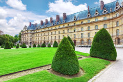 在大门荣军院附近的公园。巴黎,法国。 免版税图库摄影