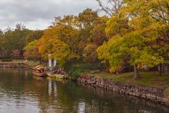 在大阪城堡复合体的小船巡航在秋天季节在大阪 图库摄影