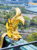 在大阪城堡,大阪日本1的金黄鱼雕塑 库存图片