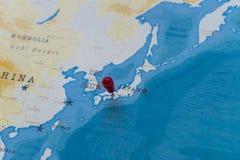 在大阪,世界地图的日本的一个别针 免版税库存照片